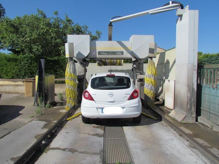 voiture blanche a une station de lavage-station de lavage-saint laurent auto-aude