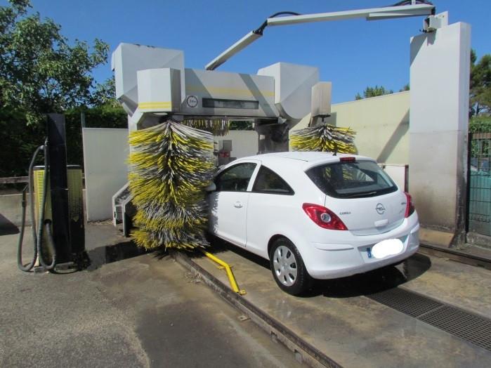 voiture blanche dans la station de lavage-station de lavage-saint laurent auto-aude