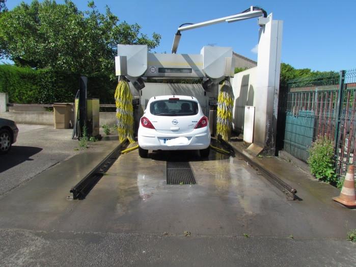 voiture blanche stationner sous la station de lavage -station de lavage-saint laurent auto-aude