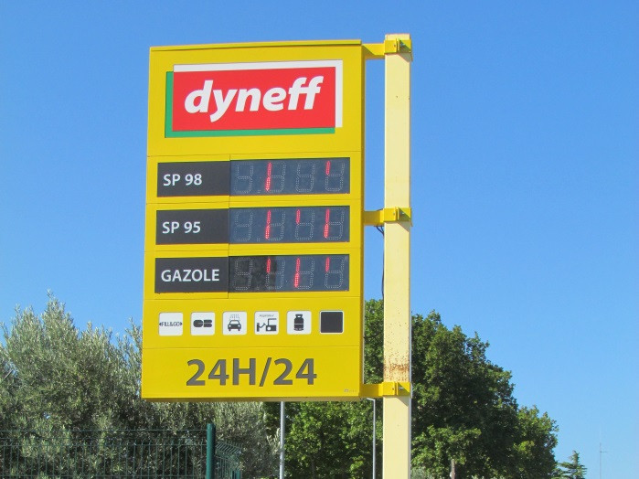 paneau dyneff montrant les differents types de carburant que la station service de saint laurent auto propose-saint laurent auto-aude
